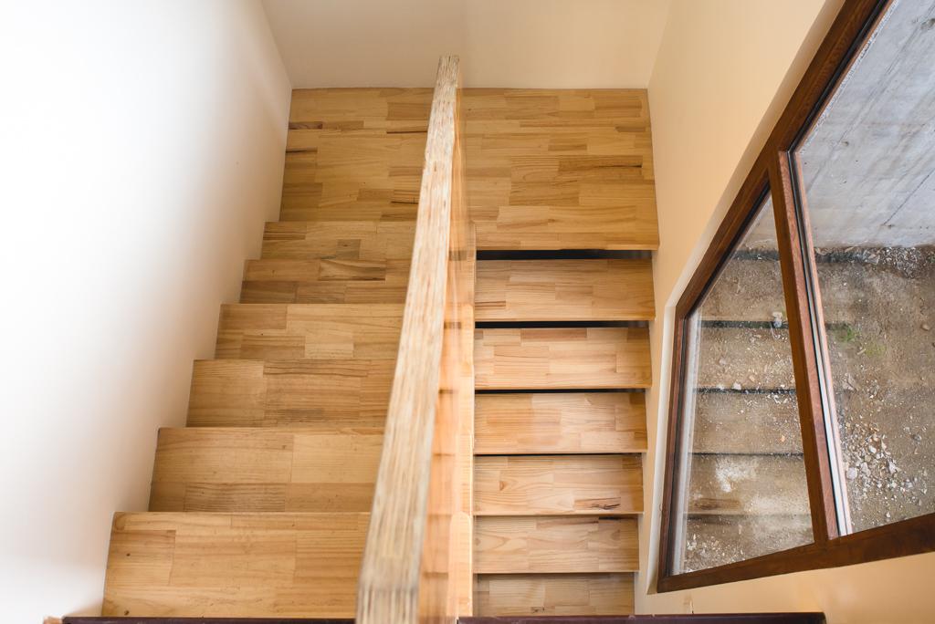 Escaleras u escaleras de madera barandas y pasamanos for Construir una escalera de jardin de madera